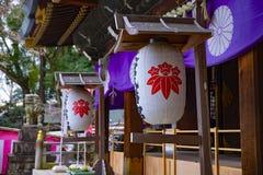 Document lantaarn bij het hachiman heiligdom van Oomiya in Tokyo stock fotografie