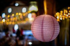 Document lantaarn/snuisterij binnen het hangen, met bokeh erachter lichten Stock Fotografie