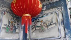 Document lantaarns bij de sjofele bouw met blauwe traditionele schilderijen Rode document lantaarns die op plafond van doorstaan  stock video