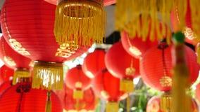 Document lantaarns bij de sjofele bouw Rode document lantaarns die op plafond van doorstane concrete tempel hangen die op zonnig  stock footage