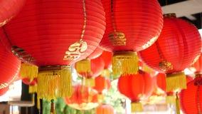Document lantaarns bij de sjofele bouw Rode document lantaarns die op plafond van doorstane concrete tempel hangen die op zonnig  stock video