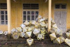 Document lantaarns buiten een gebouw in Hue Imperial City royalty-vrije stock foto's
