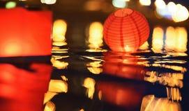 Document lantaarns die in water bij nacht drijven royalty-vrije stock foto