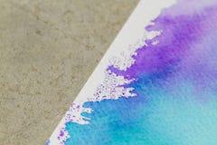 Document met waterverfverf in blauwe tonen op cementachtergrond royalty-vrije stock afbeeldingen