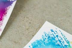Document met waterverfverf in blauwe tonen op cementachtergrond stock afbeelding