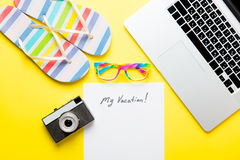 Document Mijn Vakantie, laptop, camera, glazen en sandals royalty-vrije stock fotografie