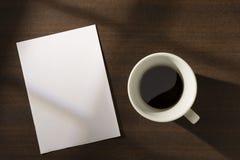 Document nota en koffie op de lijst Royalty-vrije Stock Foto's