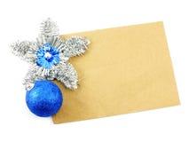 Document nota met Kerstmisballen op witte achtergrondkerstmisachtergrond Stock Foto's