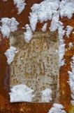 Document op een grungemuur in sneeuw stock fotografie