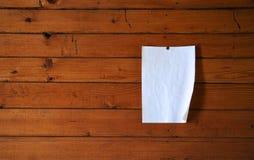 Document op houten muur Stock Foto
