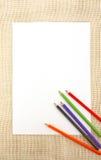 Document op jute met potloden Stock Afbeeldingen