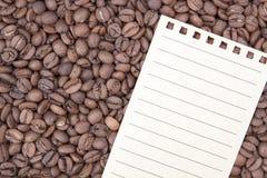 Document op koffiebonen stock fotografie