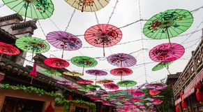 Document paraplu's in het vakantiedorp Royalty-vrije Stock Afbeelding