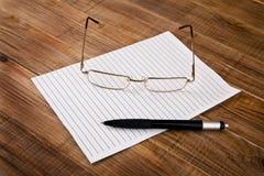 Document, pen en glazen Stock Afbeelding