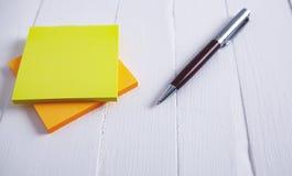 Document pen op houten lijst stock fotografie