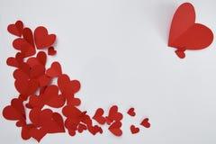 Document rode harten op witte achtergrond stock foto's
