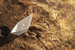 Document schip op de droge grond Stock Afbeeldingen