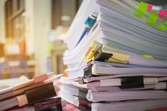 Document stapel, Stapel van onvolledige documenten op verwant bureau Royalty-vrije Stock Fotografie