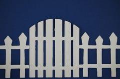 Document van poort van witte piketomheining die wordt verwijderd Stock Foto's