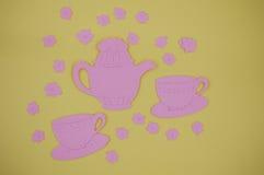 Document van roze theepot met koppen en schotels wordt verwijderd die Royalty-vrije Stock Foto's