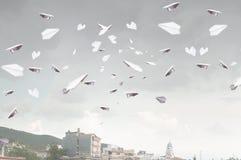 Document vliegtuigen die in lucht vliegen Gemengde media Stock Fotografie