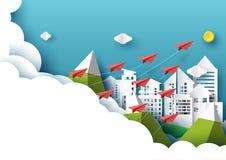 Document vliegtuigen die op cityscape en blauwe hemeldocument kunststijl vliegen Royalty-vrije Stock Afbeeldingen