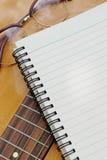 Document voor het schrijven van muziek op gitaar Royalty-vrije Stock Fotografie
