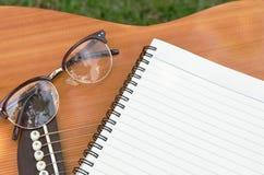 Document voor het schrijven van muziek op gitaar Stock Foto