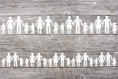 Document witte families op houten achtergrond stock foto's