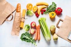 Document zak en verschillend gezond voedsel stock foto's