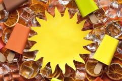 Document zon, ijslollies en ijsblokjes stock foto