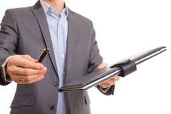 Documentação de oferecimento do contrato do homem de negócios imagem de stock