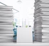 documentação Uma pilha dos Livros Brancos encontra-se em uma mesa em uma sala do escritório foto de stock