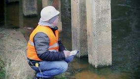 Documentación de la escritura del ingeniero cerca de las ayudas del puente almacen de metraje de vídeo