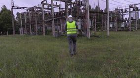 Documentación de la escritura del ingeniero del electricista y el caminar en la subestación metrajes
