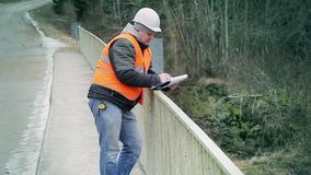 Documentación de la escritura del ingeniero en el puente almacen de video