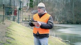 Documentación de la escritura del ingeniero en la esclusa de la central eléctrica almacen de metraje de vídeo