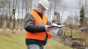 Documentación de la lectura del ingeniero en la esclusa de la central eléctrica metrajes