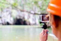 Documentación del viaje con la cámara de la acción Foto de archivo libre de regalías