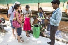 Documentair hoofdartikel PUDUCHERY, PONDICHERY, TAMIL NADU, circa van INDIA - Maart-, 2018 De Indische vrouwen sorteren afval in  stock foto