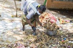 Documentair hoofdartikel PUDUCHERY, PONDICHERY, TAMIL NADU, circa van INDIA - Maart-, 2018 De Indische vrouwen sorteren afval in  royalty-vrije stock afbeeldingen