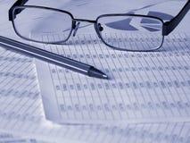 documente le crayon lecteur financier en verre photos stock
