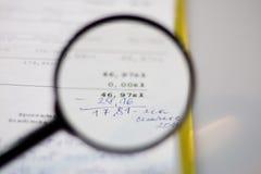 Documenten, berekeningen en berekeningen door vergrootglas Royalty-vrije Stock Foto