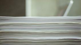 Documenten daling, die aan laptop met documenten tijdtijdspanne werken stock footage