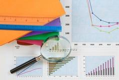 Documenten grafieken van succesvolle zaken Royalty-vrije Stock Afbeeldingen