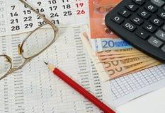 Documenten met cijfers, kalender, glazen, rood potlood, euro Royalty-vrije Stock Afbeeldingen