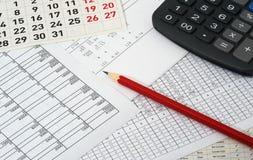 Documenten met cijfers, kalender, potlood en calculator Royalty-vrije Stock Foto's