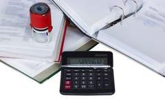 Documenten met zegel en calculator Stock Foto