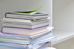 Documenten op Boekenrek Stock Foto's