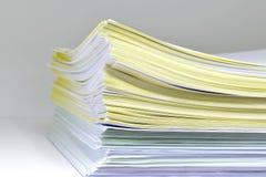 Documenten op Boekenrek Stock Afbeeldingen